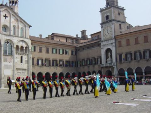 La showband Marum in Piazza Grande, a Modena